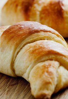 Alle lieben Croissants, besonders wenn sie frisch und warm sind, gerne auch gefüllt mit einer Creme, Marmelade, Konfitüre, Schokolade oder Nutella! Ein gutes, frisch gebackenes Croissant muss außen blättrig und knusprig sein, innen zart und saftig; der Teig schön locker-luftig, gleichmäßig gebacken. Es dürfen keine nicht gebackenen Teigschichten aufkommen und die Kruste darf nur sehr wenig Butterfett auf den Fingern hinterlassen. Selbstgemachte Croissants sind gar nicht mal so schwierig zu…