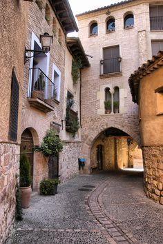 Callejuela en Alquezar, Aragón, Spain
