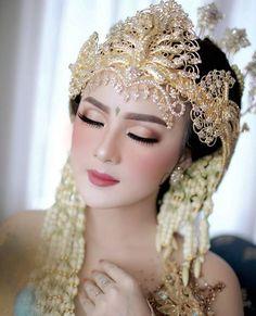 Indonesian Girls, Kebaya, Wedding Poses, Beautiful Children, Wedding Makeup, Headpiece, Beautiful Flowers, Wedding Hairstyles, Dream Wedding