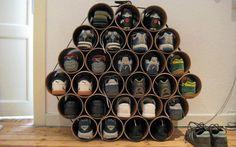 RØR: Skohylle laget av avløpsrør narrative dåser i samlet udstilling