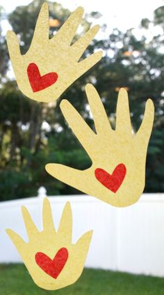 Read the traditional story Kissing Hand for Back to School. Then make these adorable suncatchers to hang in the window and keep as a keepsake. Beginning Of The School Year, First Day Of School, School Fun, Summer School, School Ideas, Kissing Hand Crafts, The Kissing Hand, Hand Crafts For Kids, Back To School Crafts
