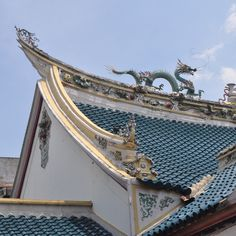 Curves on Your Roof: Why Are Chinese Roofs Curved? Chinese Architecture, Ancient Architecture, Ridge Tiles, Roof Decoration, Victoria Reign, Dragon Images, Summer Palace, Chinese Garden, Aesthetic Movement