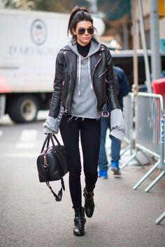 Kendall Jenner usa look rocker combinando uma boa turtleneck com moletom cinza e jaqueta de couro.