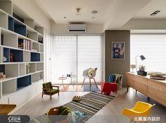 進入室內後,獨立玄關利用交織仿木紋磚,勾勒一方復古典雅的心靈轉換場域,兩側並分別設置衣帽櫃及展示櫃,滿足收納需求,大面積的展示收納櫃體也成為不同領域間的中介連結。繼續向前來到屋主一家人的公共領域,以開放式設計將一家 4 口的生活延展放大,搭配活潑鮮明的色彩,令人眼前為之一亮!  大面積開窗將清新明亮的採光迎入室內,開放的空間規劃將灰藍色書櫃納入客廳端景,客廳後方設定為多功能區域,並不特別擺設桌椅,一如北歐國家愜意自在的生活態度,在使用上更賦予自由彈性。平時可就著窗邊的良好採光,喝杯下午茶作為午後幸福小憩時光,或是從書櫃上拿本書,席地而坐閱讀,也能陪伴孩子一同遊戲,繪成一幅與家人共處的幸福畫面。  為了避免廚房油煙飄散,並保留透光性及開闊視感,採用具透光性的灰玻,與客廳、餐廳加以區隔。餐桌旁牆面加入磚牆樸實粗糙的觸感,並放置以倫敦、巴黎、紐約等都市為主題的畫作,在黑與白的色彩對比映照下,相當有外國都會的質感氛圍。同樣擁有好採光的主臥室,則融入實用的收納機能,並在不影響臥室的開闊感的條件下,利用床頭造型牆定義區隔出私密領域,且不影響動線的流暢度。  小編的最愛…
