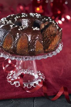 Tumma suklaakakku on mehevä kuivakakku. Se kostutetaan ja lopuksi vielä kuorrutetaan.