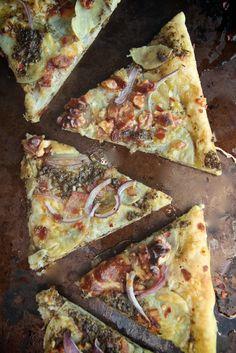 Pesto Potato Bacon Pizza - pizza con pesto, patate e pancetta Pizza Recipes, Real Food Recipes, Cooking Recipes, Yummy Food, Potato Recipes, Bacon Pizza, Pesto Pizza, Pizza Pizza, Pizza Blanca