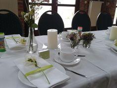 Grüne Tischdekoration mit Namenskärtchen