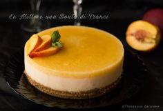 La cheesecake allo yogurt greco e pesca noce è un dolce freschissimo e senza cottura, ideale per le calde merende estive.