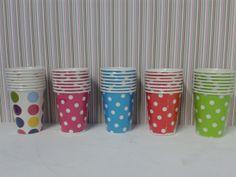 Vasos de cartón en colores de punticos. #ArticulosParaFiestas #FiestasTematicas