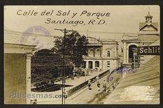 Calle Del Sol,al fondo el Palacio Consistorial.  Palacio Consistorial, construido durante los años 1892 a 1895, por un arquitecto belga llamado Luis Bogaert. La época victoriana fue el cenit de la arquitectura santiaguense.Santiago de los Caballeros,República Dominicana.
