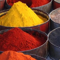 Red Kitchen Inspiration : Beautiful yellow, red, and orange spices Spice India, Traditional Market, Food Stall, Spices And Herbs, Red Kitchen, Saveur, Street Food, Morocco, Korn