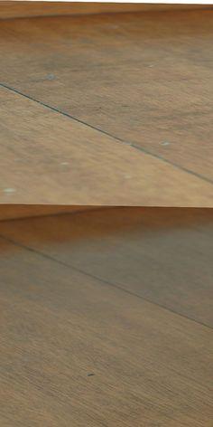 LIMPEZA DE PISO LAMINADO Misture em um borrifador partes iguais de: Água Álcool Vinagre Gotinhas de detergente Gotinhas de óleo essencial (opcional) Para auxiliar na remoção use: Pano de microfibra  Borrife em uma pequena parte para testar, em seguida passe um pano de microfibra para secar e já polir a área.