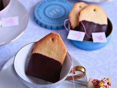 Bis sich Weihnachtsstimmung breit macht, versüßt man sich halt die Zeit mit einer Tasse Tee und diesen leckeren Keksen.