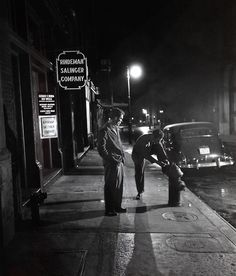 Stopping to tie shoe on fire plug - New York - 1947 - photographer Stanley Kubrick. Vintage Photographs, Vintage Photos, Stanley Kubrick Photography, New York City, Ville New York, Foto Poster, Michelangelo Antonioni, Famous Photographers, Cultura Pop