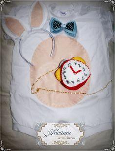 Fantasia de Coelho Alice no País das Maravilhas. Confeccionada em malha algodão com aplicação em feltro na barriga, gravata de feltro com tecido, pompom no bumbum e relógio de feltro pendurado por uma linda corrente. Acompanha orelhinhas  Disponível nos tamanhos P,M,G, !, 2 e 3. R$ 80,00