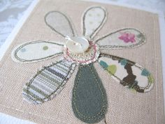 daisy or other appliqué could make a cushion, or chrissie deco, or a brooch Freehand Machine Embroidery, Free Motion Embroidery, Hand Embroidery Stitches, Embroidery Applique, Sewing Crafts, Sewing Projects, Raw Edge Applique, Fabric Postcards, Quilt Material