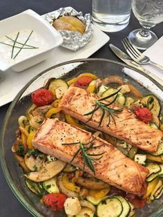 Baked vegetables with Ofengemüse mit Lachs Salmon with oven-cooked vegetables - Healthy Crockpot Recipes, Vegetarian Recipes, Oven Vegetables, Roasted Vegetables, Dieta Atkins, Seared Salmon Recipes, Baked Salmon, Salad Recipes, Healthy Recipes