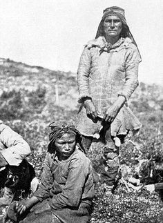 An Innu Hunter from Northern Labrador Wearing a Caribou-skin Coat, ca. 1910 (Formerly Northwest Territoritories now Newfoundland and Labrador) Native American Photos, Native American Tribes, American Indian Art, Native Americans, Newfoundland Canada, Newfoundland And Labrador, Aldous Huxley, Constitution Of Canada, Lac Saint Jean