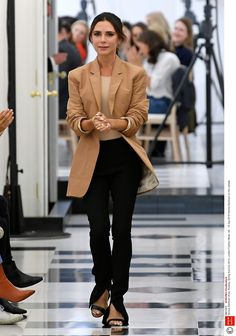 Victoria Beckham celebrated ten years of her label with her first show at London Fashion Week on Sunday, showing her Spring/Summer collection. Victoria Beckham Outfits, Victoria Beckham Short Hair, Victoria Beckham Stil, Victoria Beckham Fashion, Viktoria Beckham, London Fashion Weeks, Victoria Fashion, Vogue, Looks Chic