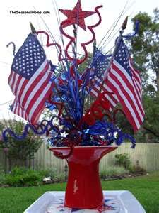 """Make an economical patriotic centerpiece for your fourth-of-July party with this dried flower craft- and make faux """"fireworks! Fourth Of July Decor, 4th Of July Celebration, 4th Of July Decorations, 4th Of July Party, July 4th, 4th Of July Wreath, Military Decorations, Patriotic Crafts, Patriotic Party"""