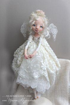 Купить или заказать Ангел в интернет-магазине на Ярмарке Мастеров. ... накануне Рождества рождаются Ангелы))) Белые, нежные, с печальными , но добрыми глазами. Крылья сотканы из морозного узора, платье- из облаков, а в венце кусочки льда-как алмазы. текстильная кукла. Утяжелена гранулянтом. руки и ноги по принципу будуарной куклы(куклы болтушки) . головка наклоняется и поворачивается. Платье выполнено из кружев, и ткани с 3D эффектом. Крылья- кружево.