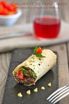 Crujiente de parmesano con carpaccio de ternera y vinagreta de mostaza