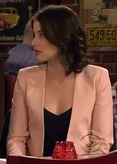 Robin's nude/peach blazer on How I Met Your Mother Robin's light pink jacket on HIMYM Fashion Tv, Work Fashion, Star Fashion, Peach Blazer, Light Pink Blazers, Robin Scherbatsky, Blazer Outfits Casual, Cobie Smulders, Cropped Blazer