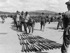 Oficiales japoneses entregando sus espadas, 5 de Noviembre de 1945