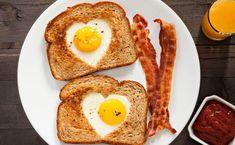 Abwechslung im Frühstücksalltag: Das Ei wird jetzt herzig und umarmt von knusprigen Toastbrot mit würziger Rosmarin-Butter mit diesem schnellen Rezept.