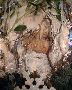könig Winter aus Pappmasche guckt durch die verschneiten Zweige