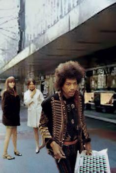 última imagen conocida de Jimi Hendrix tomada en septiembre de 1970 caminando por la Gran Via bilbaina. Foto de Koldo Orue
