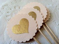 ** Página de información de la tienda por favor, busque mi tiempo actual antes de realizar su pedido ** - - - - - - - - - - - - - Estos toppers de cupcake elegante o selecciones de alimentos son una manera perfecta de agregar elegancia a tu boda, de novia o babyshower o cualquier evento especial! Chic y glamour! Ver más rosa y oro artículos de fiesta: https://www.etsy.com/shop/PaperTrailbyLauraB?section_id=13593549&ref=shopsection_leftnav_1 DETALLES: • Me...