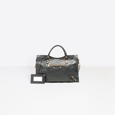 Découvrez la dernière collection de Sacs à Main Giant City Balenciaga pour Femme dès maintenant sur notre site officiel.