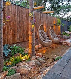 Für ein etwas tropisches Flair ist diese Idee gut! Einen Zaun aus Bambus bauen und dazu zwei Schaukeln aus Rattan aufhängen!