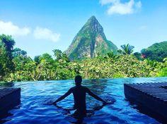 O final do ano está chegando – e, com ele, a dúvida de onde passar o Réveillon. Com isto em mente, Bazaar selecionou os 10 melhores destinos para se passar a virada. Para essa curadoria, contamos com a ajuda da agência especializada em viagens luxuosas, a @tmtravel. Veja os cenários eleitos em nosso site! No clique acima, a ilha St.  Lucia, no Caribe, que aparece em segundo lugar. #reveillon