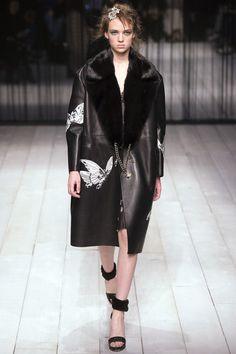 Alexander McQueen Fall 2016 Ready-to-Wear Collection Photos - Vogue Fall Fashion 2016, Runway Fashion, High Fashion, Fashion Show, Autumn Fashion, Fashion Design, Fashion Trends, Vogue Fashion, London Fashion Weeks