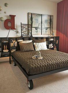 Stell Dein Bett auf feststellbare Rollen.   22 geniale Einrichtungs-Ideen für Deine erste eigene Wohnung