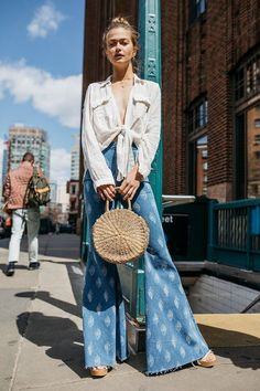 Flare Jeans Outfit - Summer Outfits for Women Hippie Stil, Mode Hippie, Mode Boho, 70s Inspired Fashion, 70s Fashion, Look Fashion, Fashion Trends, Fashion Ideas, Jeans Fashion