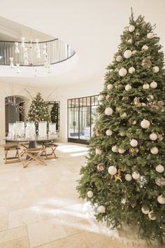 The Kardashian is one big family of socialite that has an interesting life. For example, there is Kourtney Kardashian, part of the family who shows how her house is look like. Silver Christmas Decorations, Beautiful Christmas Trees, Xmas Trees, Noel Christmas, Christmas Wreaths, 12 Foot Christmas Tree, Advent Wreaths, Christmas Tables, Cheap Christmas