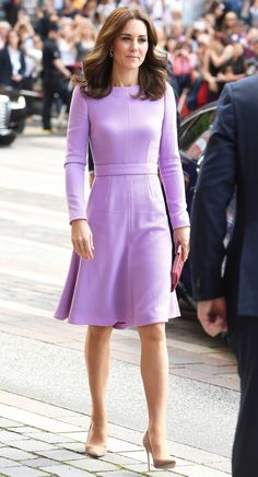 Kate Middleton has stepped out again for her Royal Tour with Prince William in Germany is a delightful lilac dress thought to be by designer Emilia Wickstead. Moda Kate Middleton, Style Kate Middleton, Princesse Kate Middleton, Duchesse Kate, Style Royal, Herzogin Von Cambridge, Estilo Real, Lilac Dress, Royal Fashion