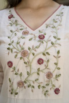 Zardozi Embroidery, Embroidery On Kurtis, Hand Embroidery Dress, Kurti Embroidery Design, Floral Embroidery Patterns, Hand Embroidery Videos, Embroidery On Clothes, Embroidery Fashion, Beaded Embroidery