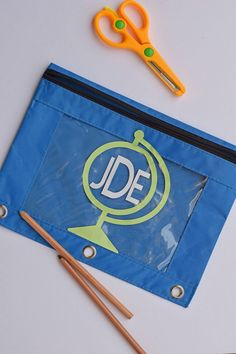 Tutorial on how to make a Monogrammed Globe Pencil Case with the Cricut Explore Air 2 and vinyl Projects For Kids, Diy Projects, Diy Pencil Case, Vinyl Monogram, Cricut Tutorials, Cricut Vinyl, Vinyl Crafts, Easy Diy Crafts, Cricut Design