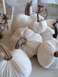 déco d'automne avec citrouilles en couleur blanche et pédancules