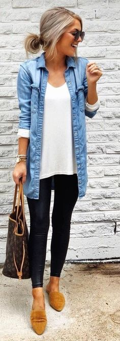 Jean jacket, leggings & flats [one of 45 Impressive Fall Outfits] Jean Shirt Outfits, Denim Shirt, Fashion Mode, Look Fashion, Fashion Outfits, Looks Style, Mom Style, Fall Winter Outfits, Autumn Winter Fashion