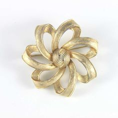 Vintage Crown Trifari gold tone flower twist brooch. Available @ www.luluandbelle.com Vintage Costume Jewelry, Vintage Costumes, Vintage Jewelry, Jewelry Shop, Jewelry Gifts, Jewellery, Flower Brooch, Vintage Gifts, Flower Designs