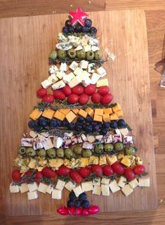 Cheddar Cheese Christmas Tree Recipe - Holiday Appetizers, Hors d . Christmas Nibbles, Christmas Cheese, Christmas Party Food, Xmas Food, Christmas Cooking, Christmas Goodies, Christmas Treats, Christmas Fun, Christmas Veggie Tray