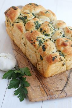 Pull Apart Garlic Bread --Easy and delicious homemade pull apart garlic bread. | carmelmoments.com