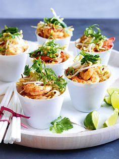 Thailändisches Pad Thai mit Garnelen The post Thailändisches Pad Thai mit Garnelen appeared first on Diy Gifts. Orange Recipes, Top Recipes, Asian Recipes, Gourmet Recipes, Healthy Recipes, Ethnic Recipes, Gourmet Foods, Noodles Pad Thai, Party Food Catering
