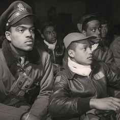A Bomber Jacket e a Flight Jacket são jaquetas diferentes que ao longo do tempo acabaram sendo chamadas pelo mesmo nome. Surgiram da necessidade de um uniforme para pilotos que, em período de guerra, acabavam enfrentando temperaturas extremas dentro de seus aviões. A Bomber, originalmente feita em couro de cabra, foi desenhada para a Segunda Guerra Mundial em 1930. Já a Flight Jacket, teve as principais versões nas décadas de 50 e 60, utilizando materiais mais funcionais. Tuskegee Airmen, Female Pilot, Sherman Tank, Cecil Beaton, War Photography, British Soldier, Tennis Clothes, Elizabeth Taylor, Churchill
