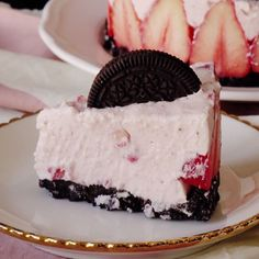 Oreo Strawberry Cheesecake When your favorite cookie meets a fruity cheesecake, you know it's gonna be good.When your favorite cookie meets a fruity cheesecake, you know it's gonna be good. Easy Desserts, Delicious Desserts, Dessert Recipes, Yummy Food, Yummy Snacks, Strawberry Oreo Cheesecake, Oreo Cheesecake Recipes, Lemon Cheesecake, Strawberry Jam